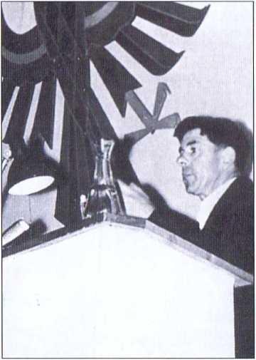 Sepp Kerschhaumer, Kaufmann aus Fran- gart. Hier als mahnender Redner auf einer Landesversammlung der Südtiroler Volkspartei (SVP).