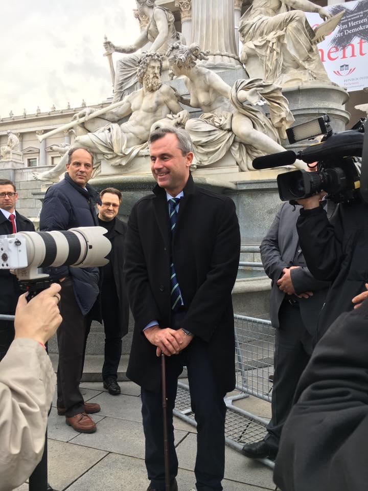 Norbert Hofer vor dem Parlament - Fotoquelle: facebook.com