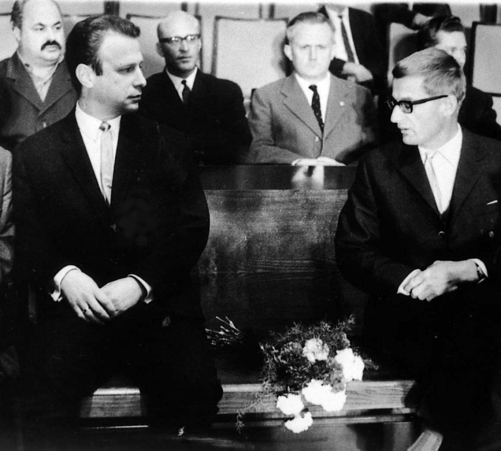 Zwischen Günther Schweinberger (links) und Heinrich Klier (rechts) blieb der Platz von Kurt Welser frei. Zu seinem Gedenken hatten seine Kameraden einen Blumenstrauß auf seinen Platz gelegt.