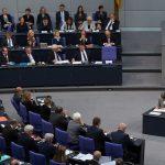 1000 Euro Strafe für Familie, aber Regierungspolitiker pfeifen im Reichstag auf Corona-Regeln