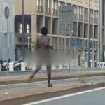 Neapel: Nackter Afrikaner verfolgt Opfer auf der Straße