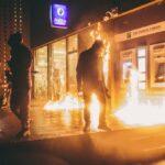 Brüssel: Demonstration läuft aus dem Ruder. Königlicher Konvoi mit Steinen beworfen (Videos)