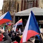 CZ: Anti-Regierungs-Demonstration. Václav Klaus erklärt, dass er nicht geimpft werden will