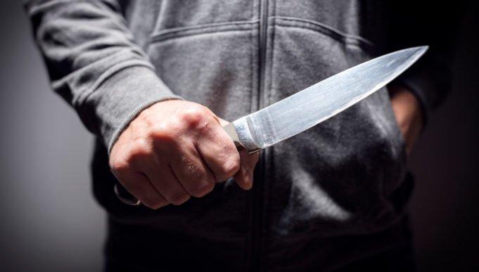 So sieht Dankbarkeit aus: Syrer rammt deutschem Sprachlehrer Messer in den Schädel