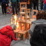 Fanatische Linke zünden Stühle vor dem slowenischen Parlament an